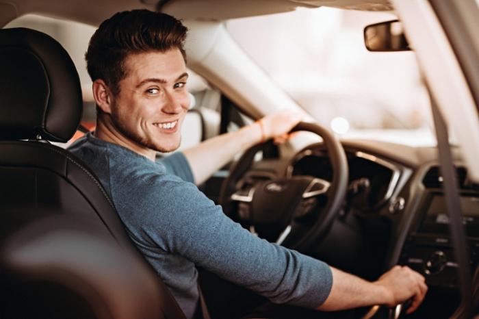Glücklicher Mann am Steuer, er darf sein Auto trotz Insolvenz behalten