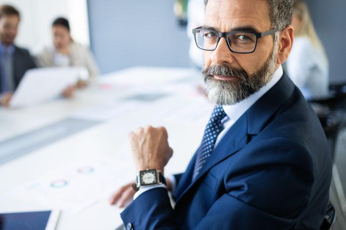 Unternehmer lässt sich die Finanzierung des Schutzschirmverfahrens erklären
