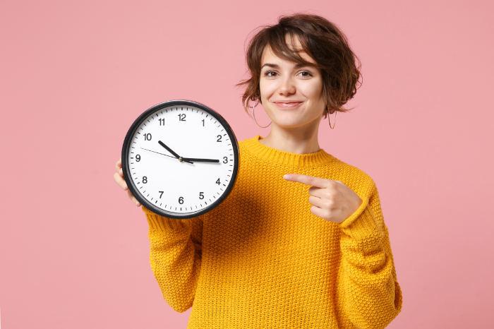 Eine Frau schaut auf die Uhr weil der Insolvenzplan so schnell ist